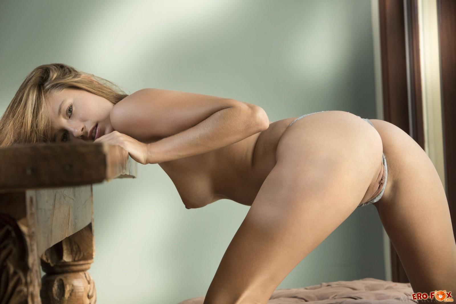 Симпатичная девушка сняв трусики показала письку