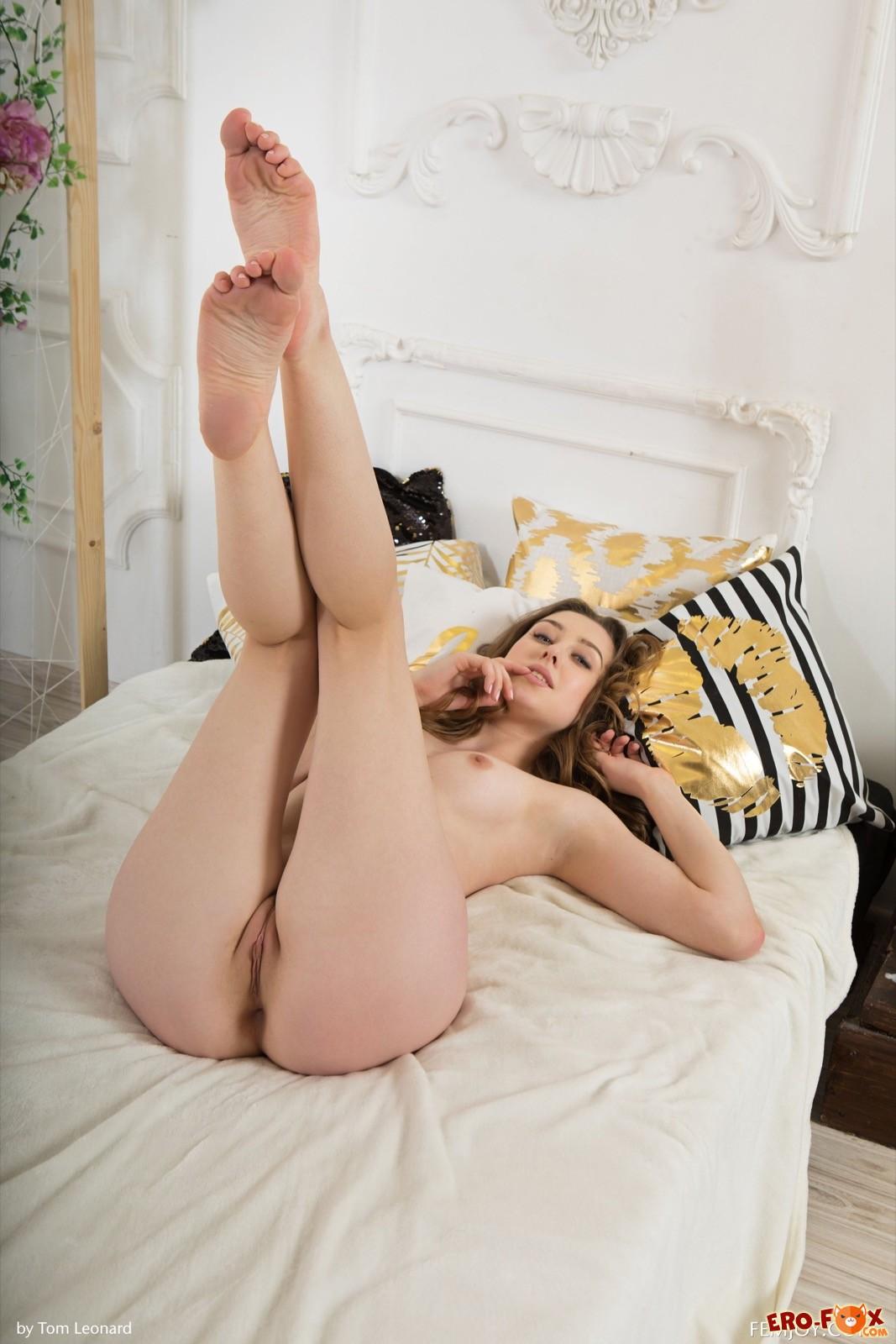 Сексапильная девушка обожает раздеваться в кровати