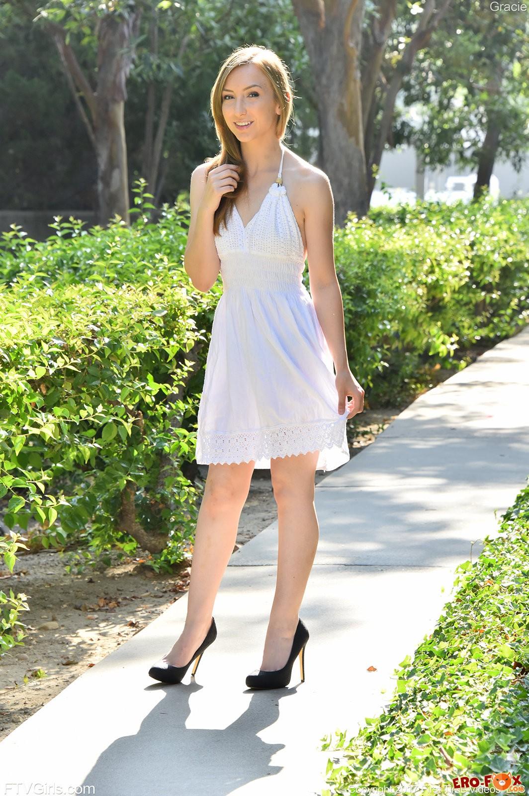 Девушка подняла платье и показала киску на прогулке