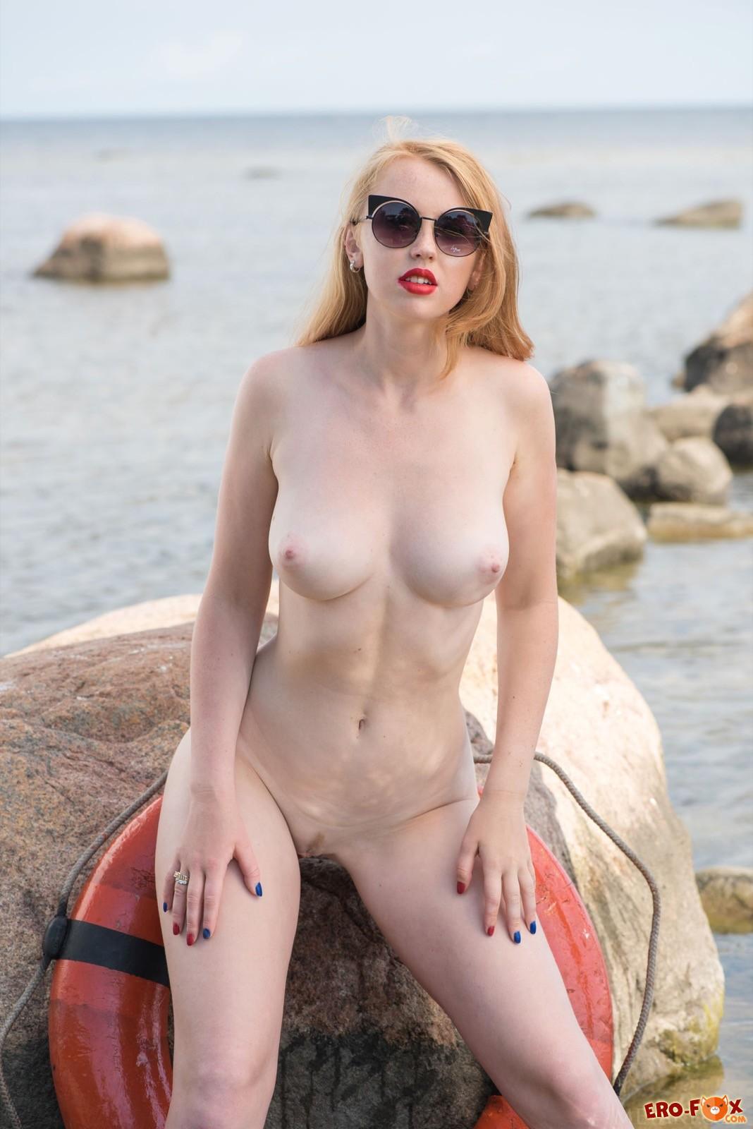 Сексуальная спасательница сняла купальник у воды
