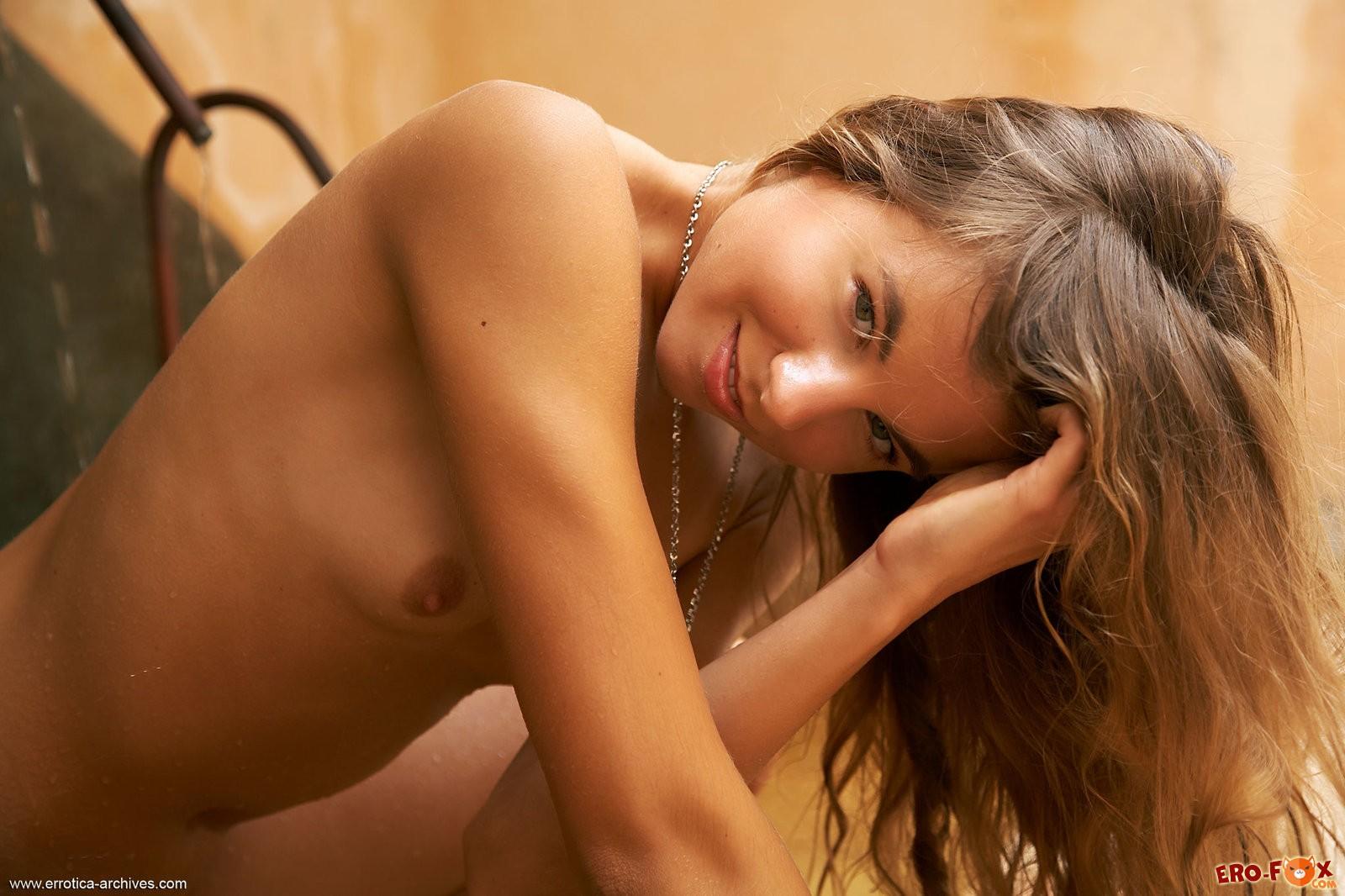 Голая девка с загорелым телом обливается водой в ванной