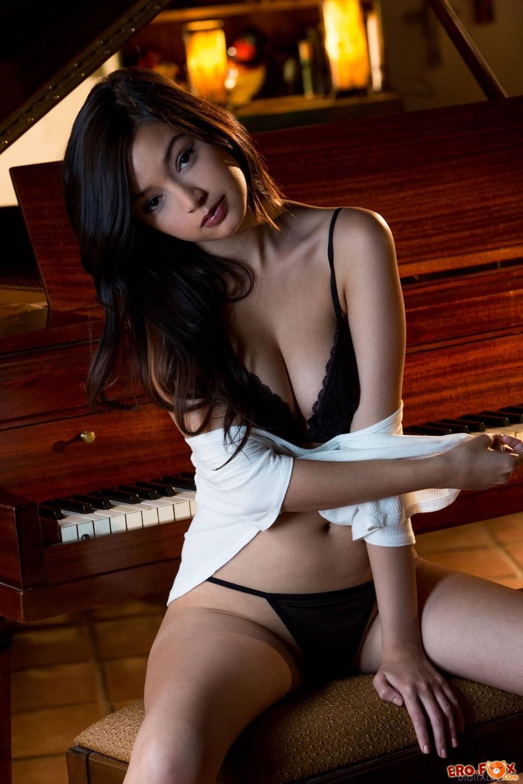 Сексуальная азиатка с упругой грудью позирует у рояля