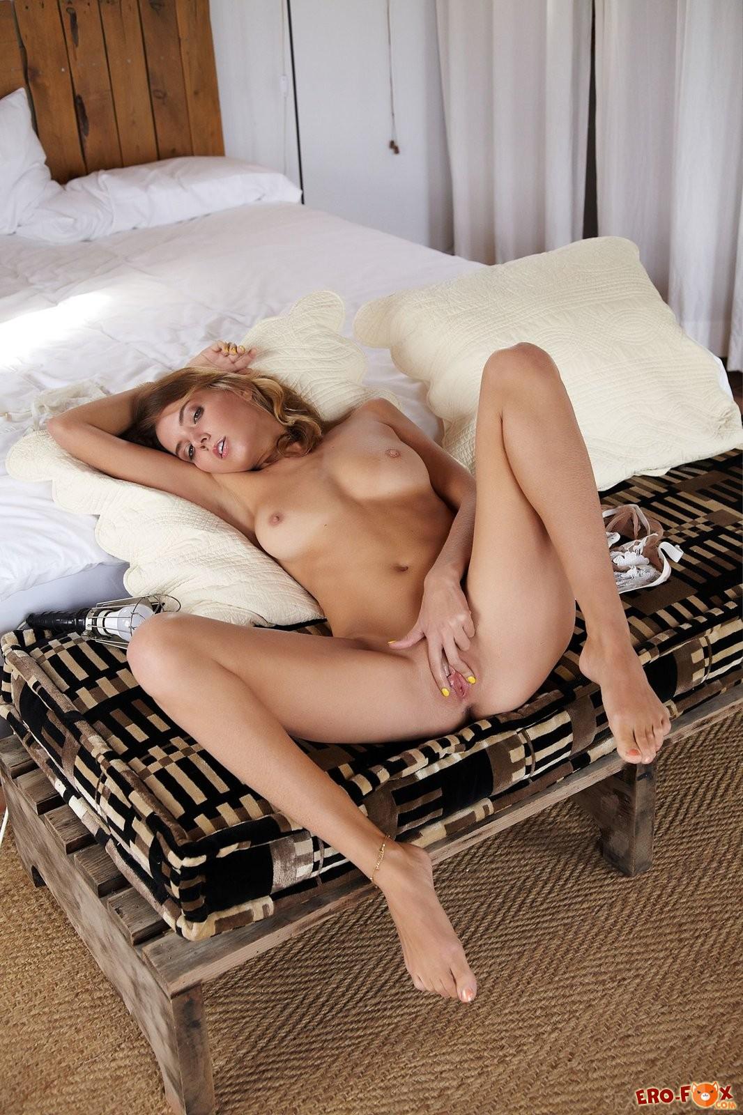 Высокая милашка с бритой дыркой позирует в постели
