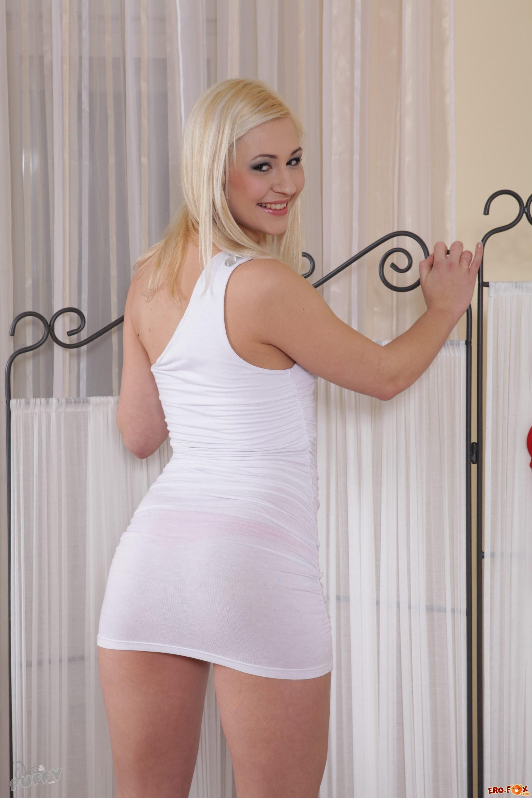Пошлая блондинка с прорезом в трусах  эротика