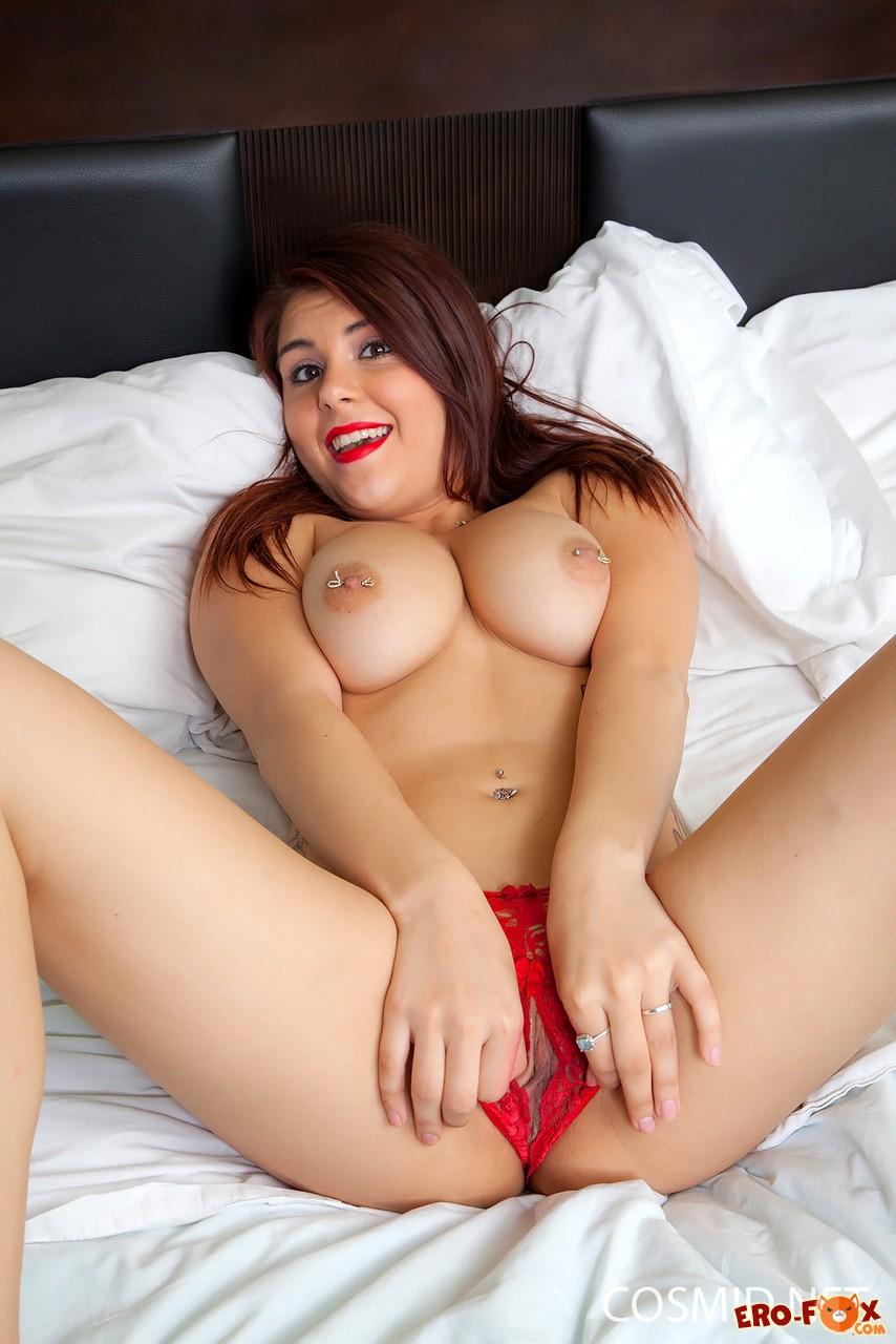 Пухлая девушка с проколотыми сосками  эротика
