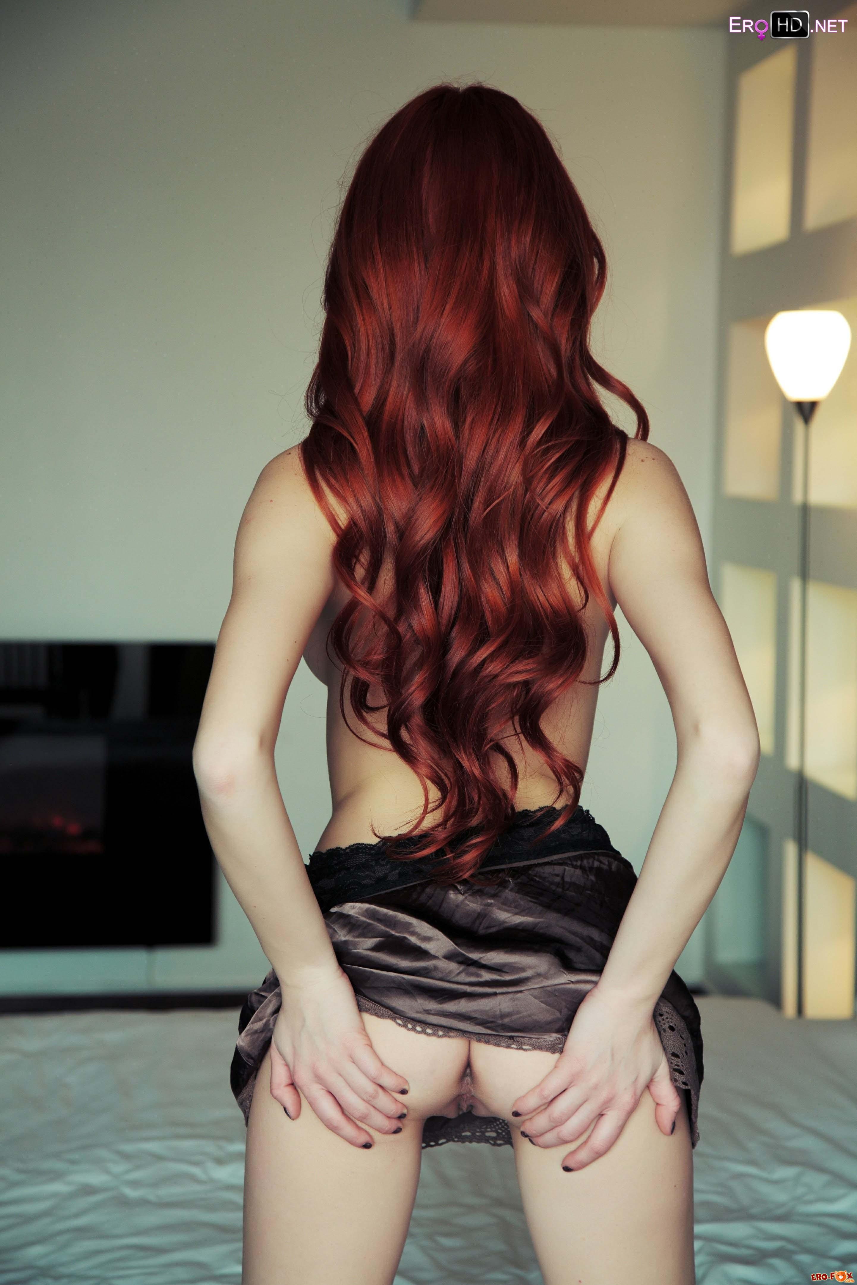 Рыжая телка с длинными ногами показала бритую писю  эротика