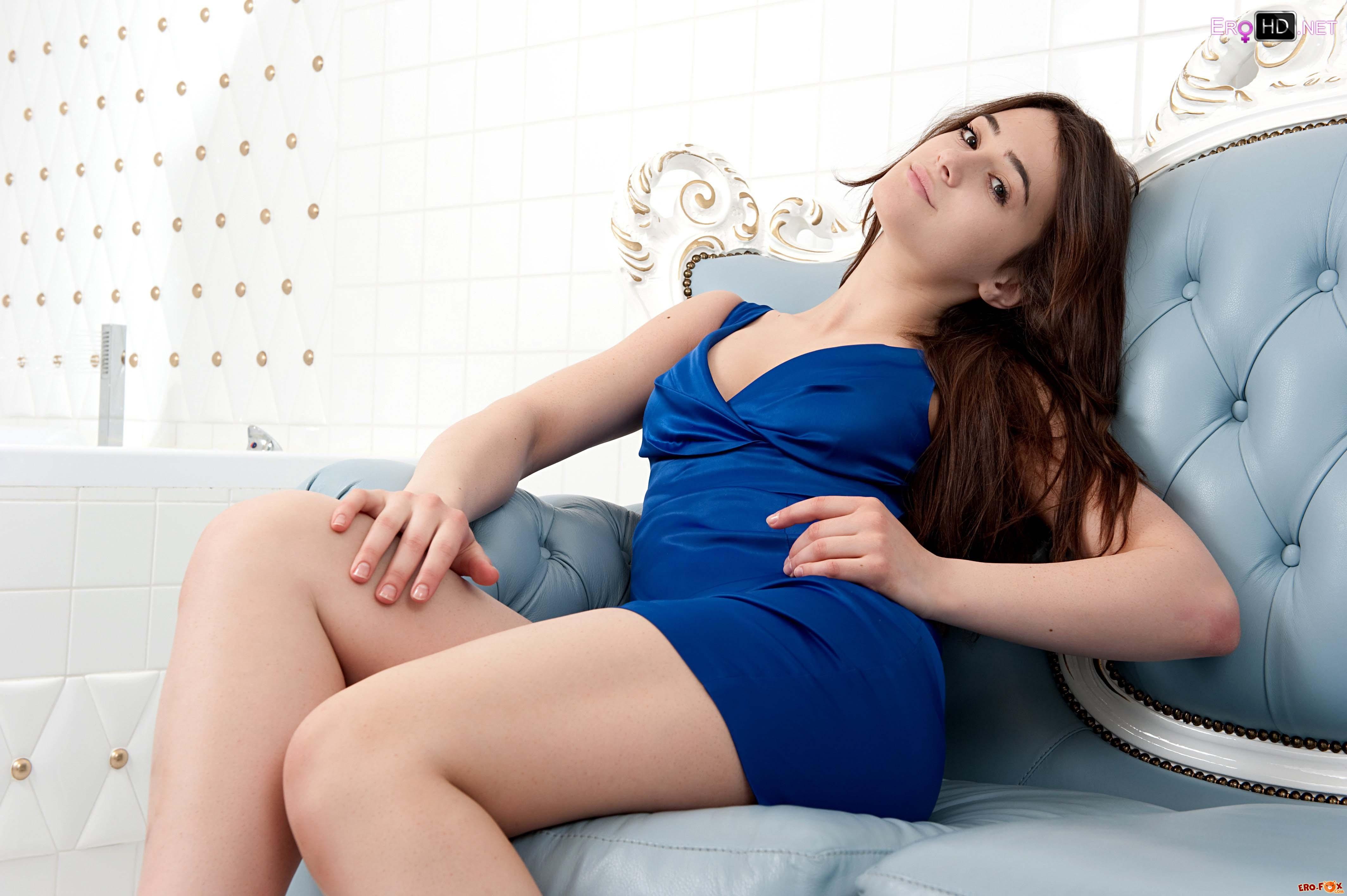 Девушка задрала короткое платье на диване .