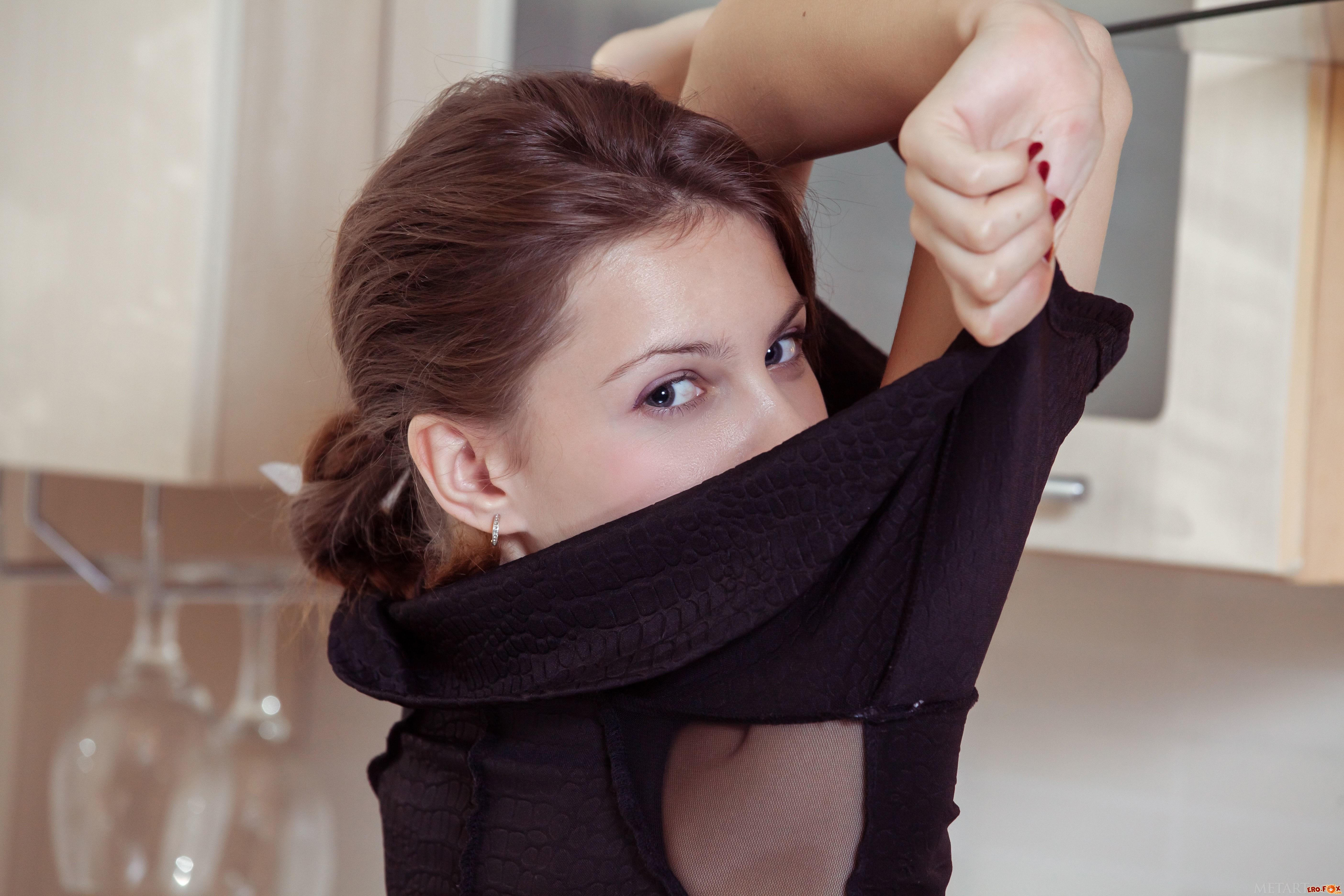 Русская девка с отличной задницей на кухне  эротика