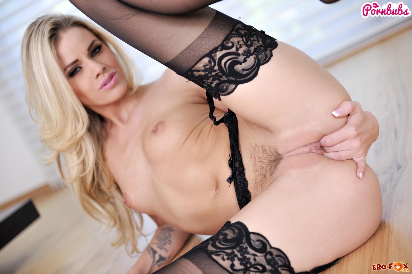 Блондинка в чулках мастурбирует свою писю  эротика