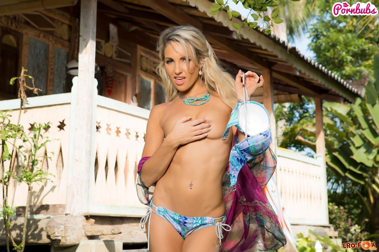 Страстная блондинка с голой грудью оттягивает трусы и демонстрирует свою мокрую писю  эротика
