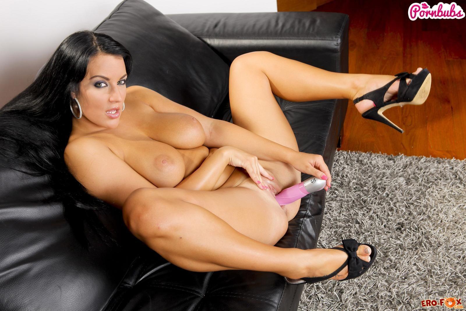 Загорелая дама лижет секс игрушку  эротика