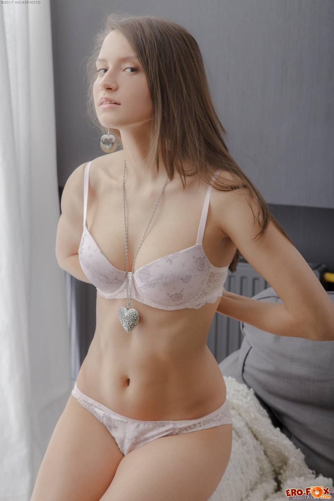 Красивая девушка показала упругую грудь .