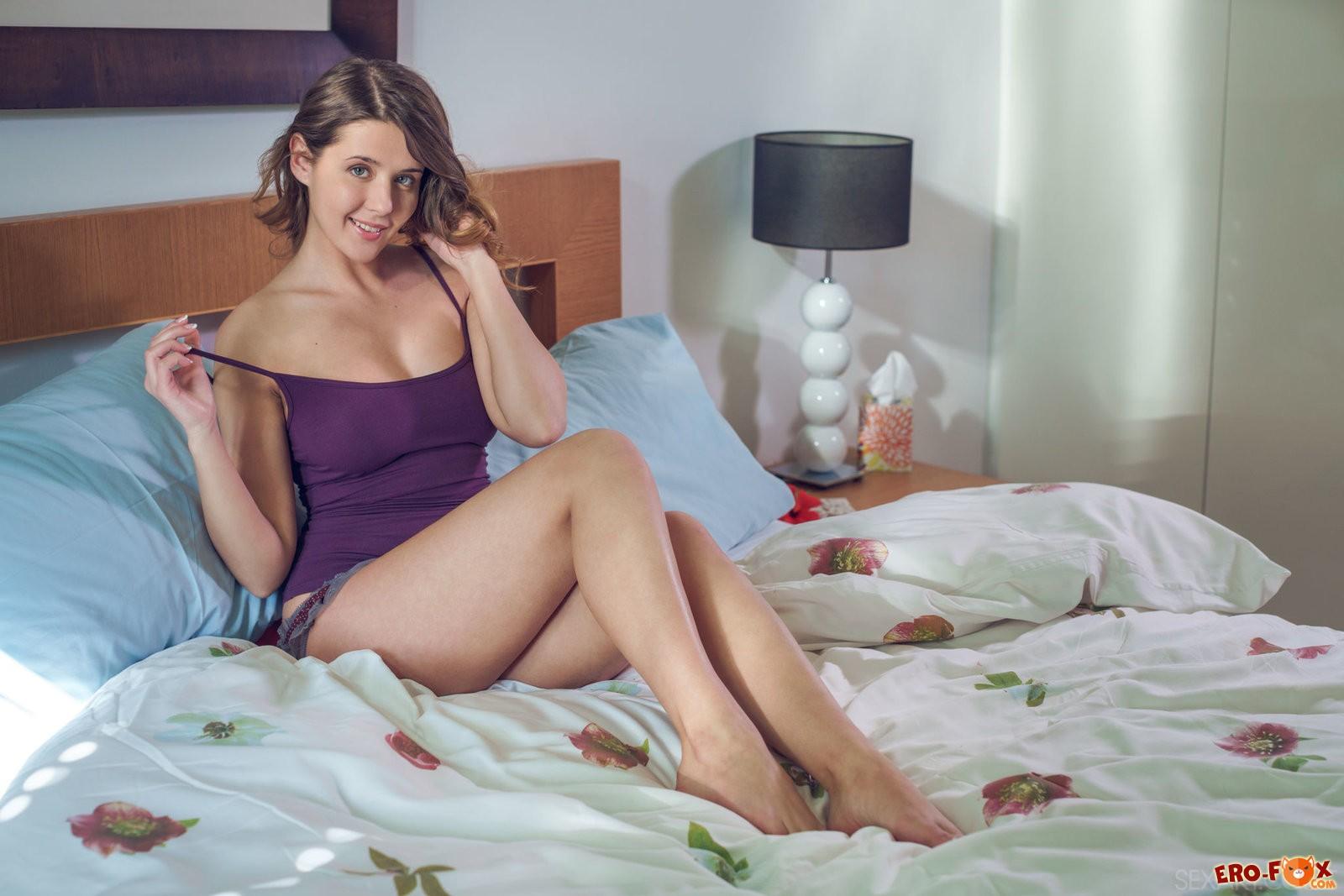 Красотка снимает трусики в постели .