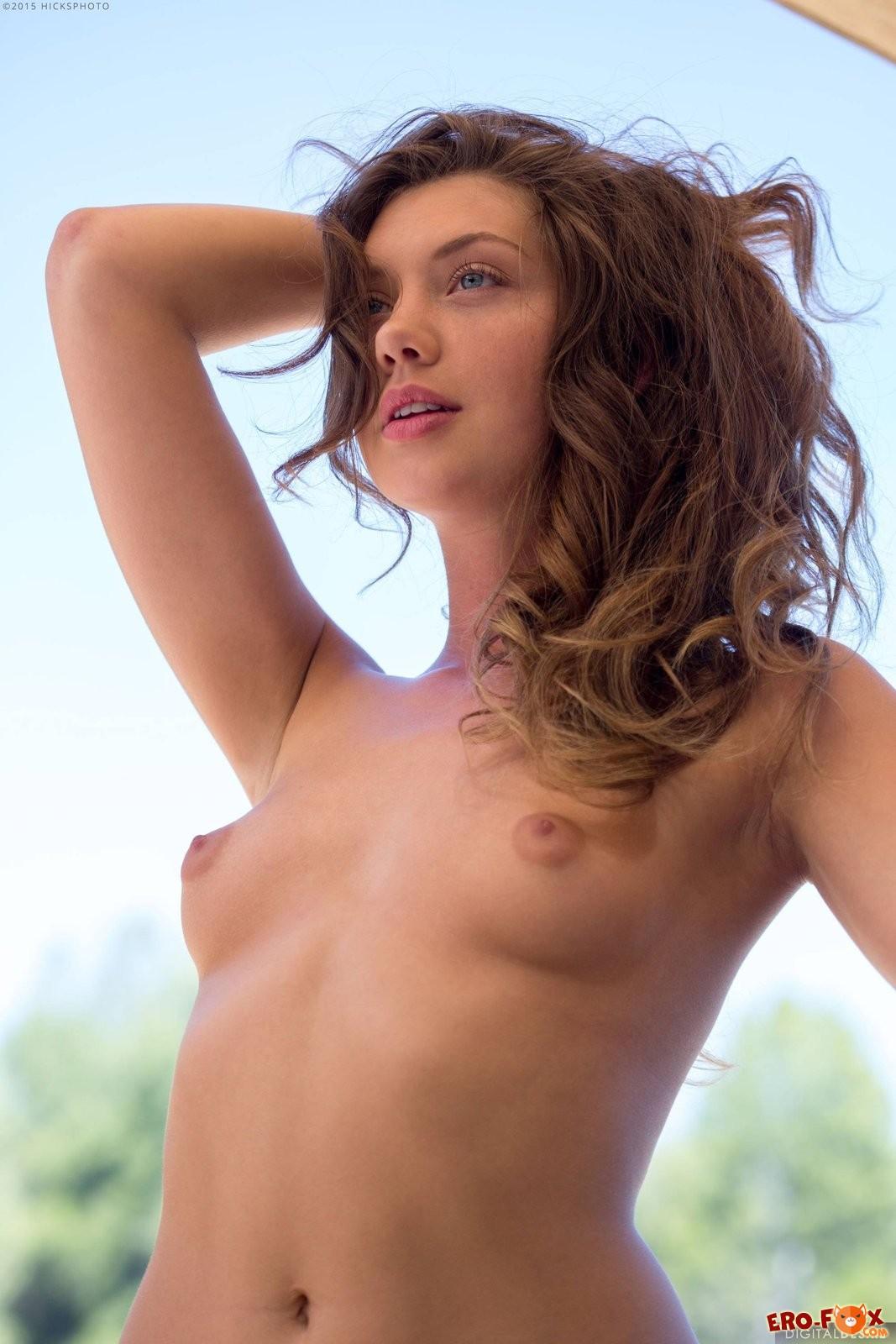 Русская девушка сняла купальник  голой.
