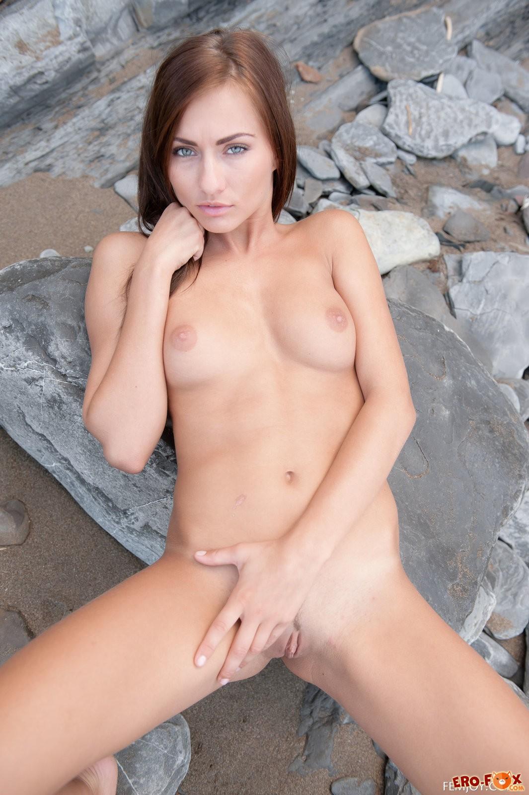 Голая красавица на фоне скал .