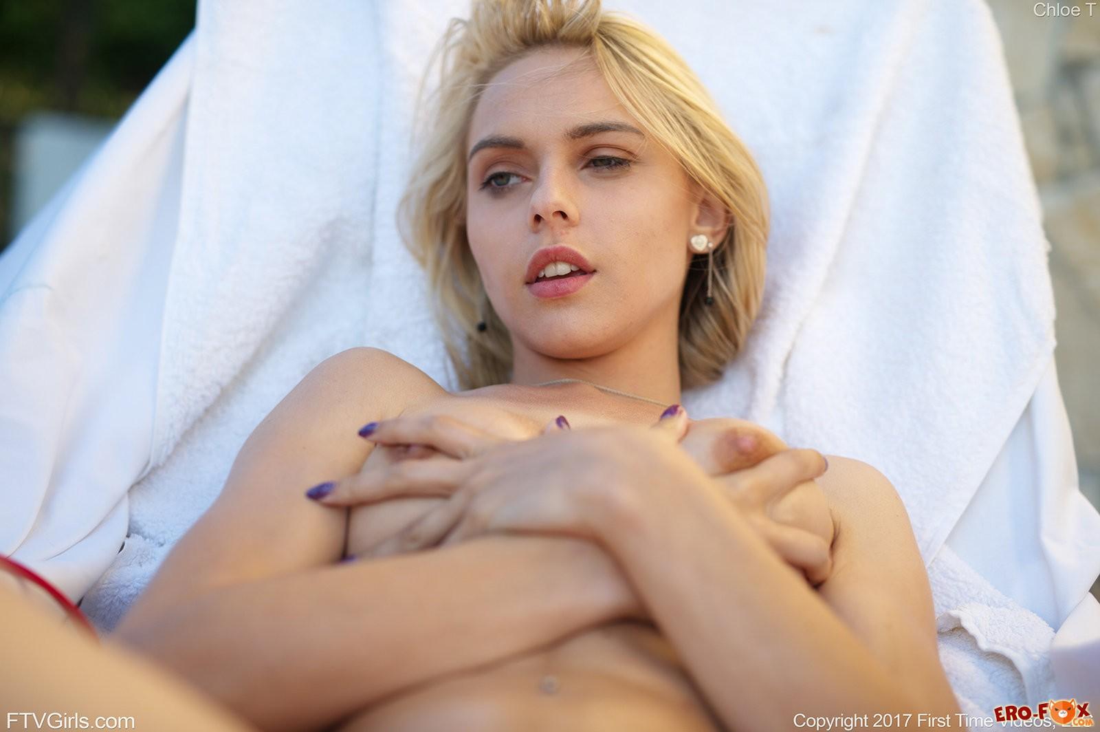 Сексуальная девушка в бикини загорает топлес .