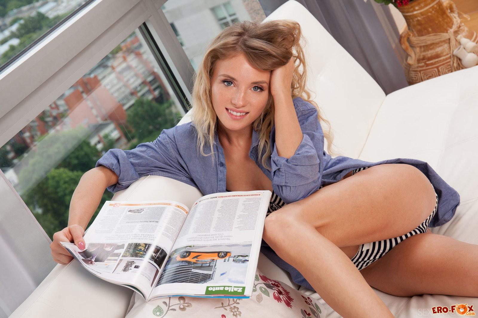 Красивая секси блондинка из Латвии снимает бельё .