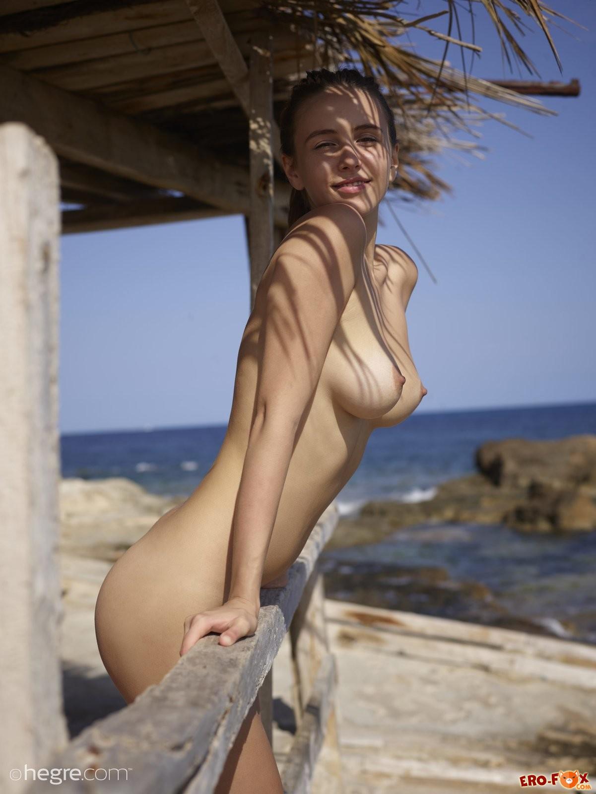 Голая девушка с красивой грудью - ню фото.