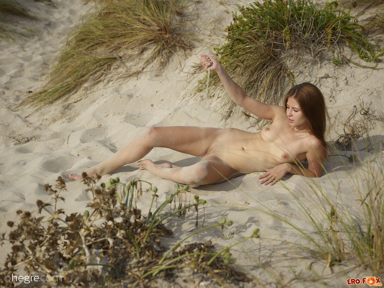 Голая девушка на пляже Ибицы .