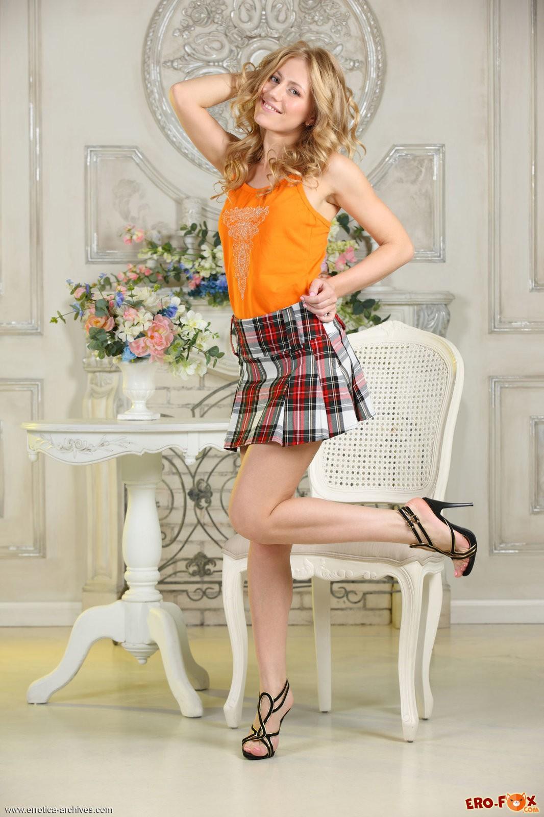 Русская блондинка в трусиках  под юбкой.
