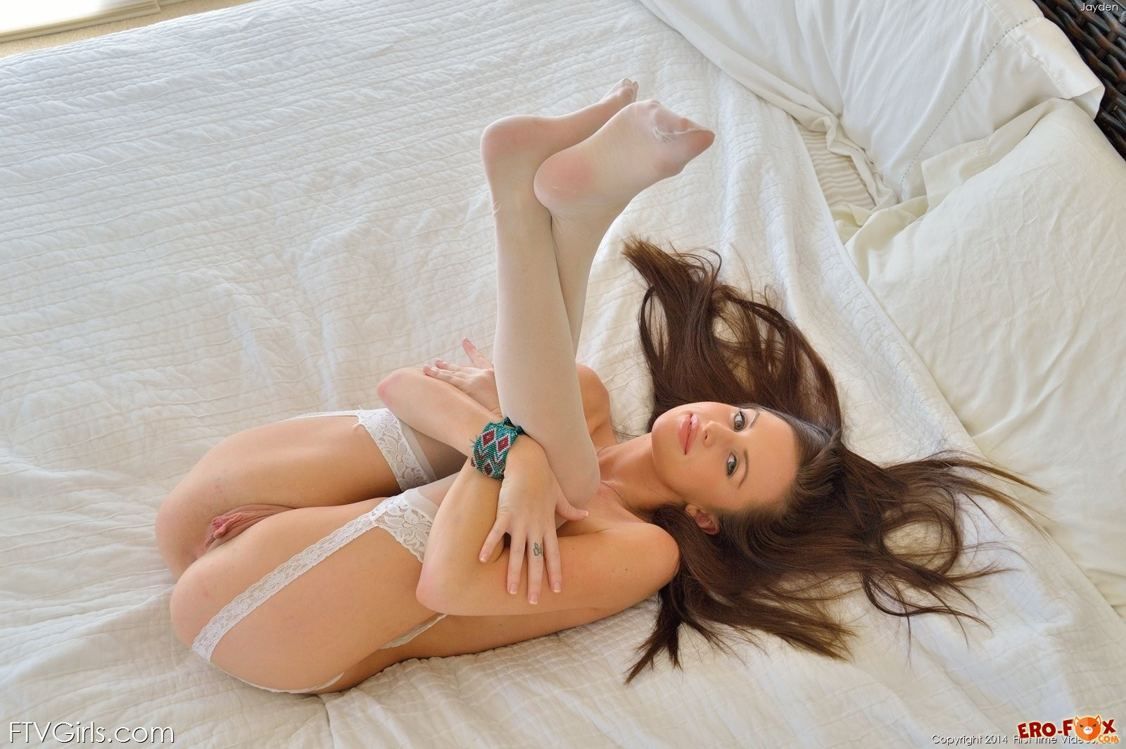 Голая девушка в чулках в постели  эротика.