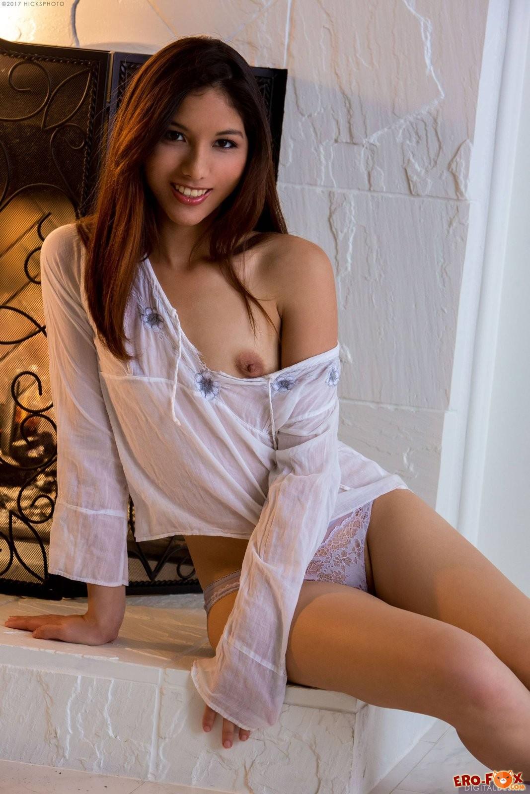 Красивая латинская девушка с голой попкой .