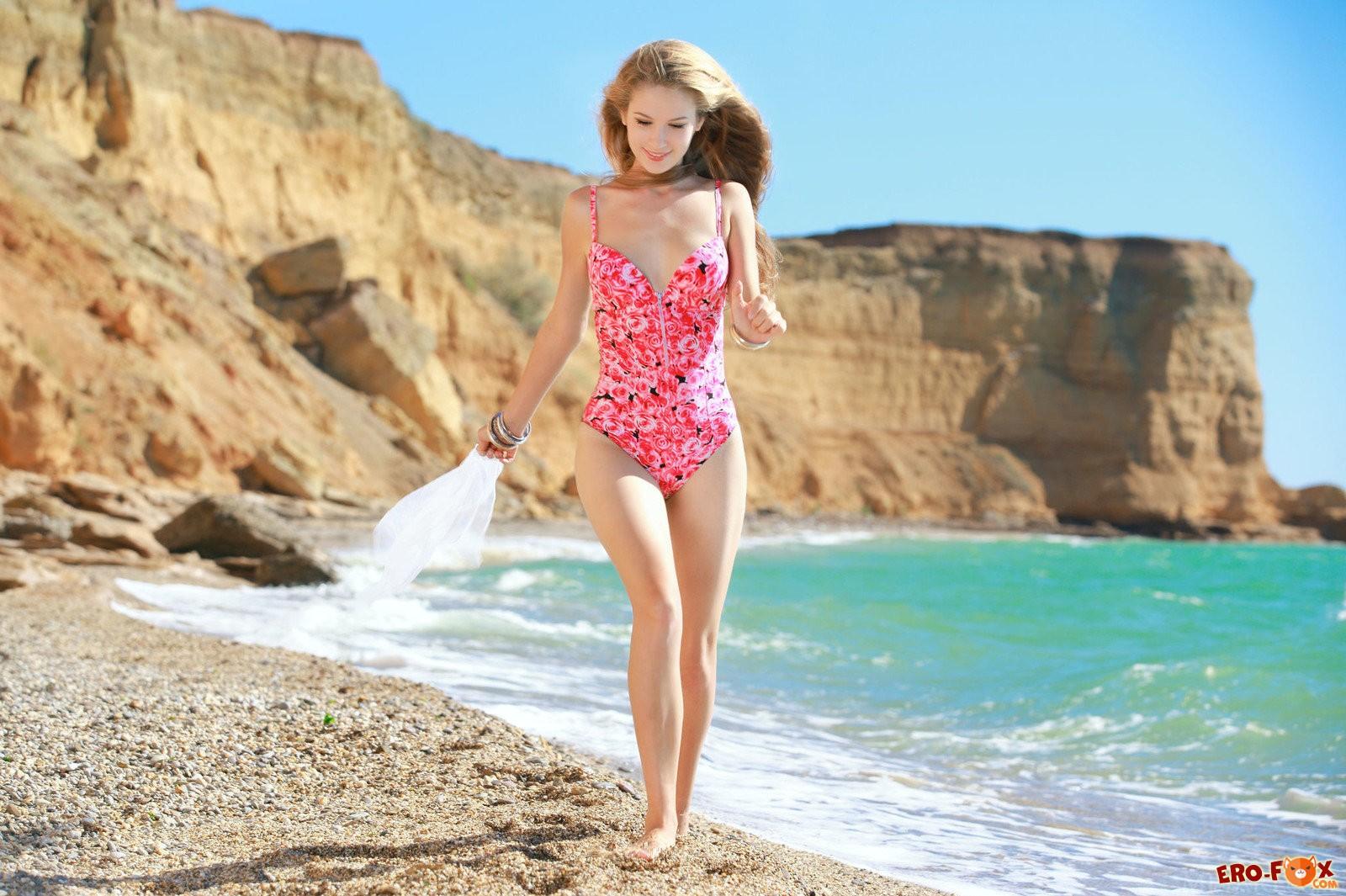 Молодая голая красотка на пляже .