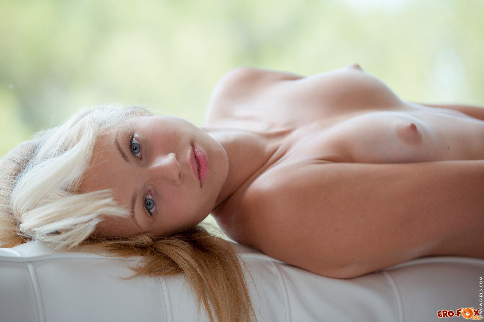 Голая блондинка раздвинула ноги на диване .
