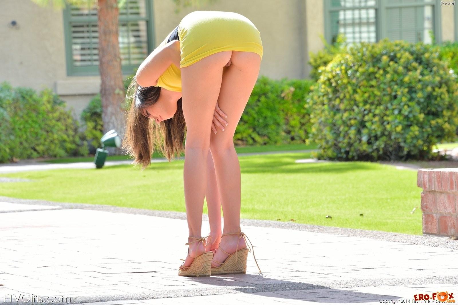 Девушка на улице показала что под платьем .