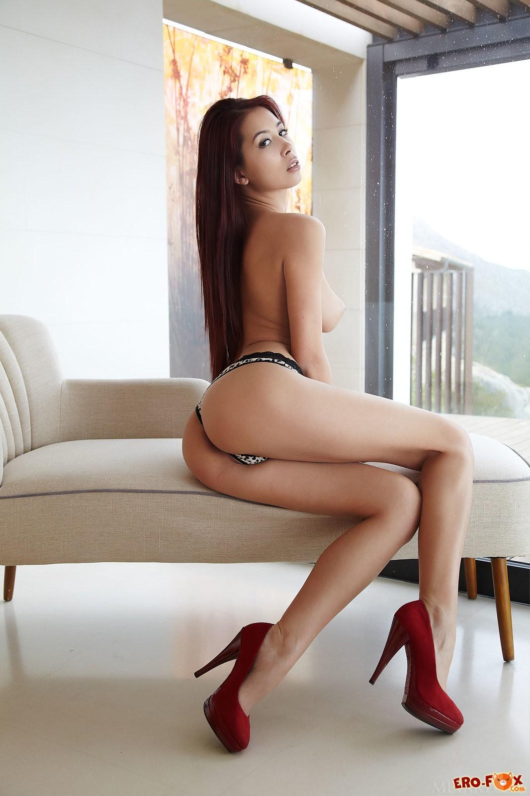 Азиатка показывает киску крупным планом .
