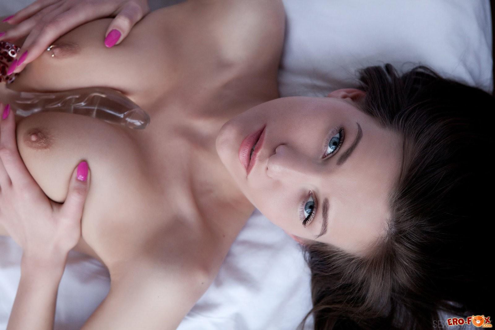 Девушка сосёт и мастурбирует дилдо .