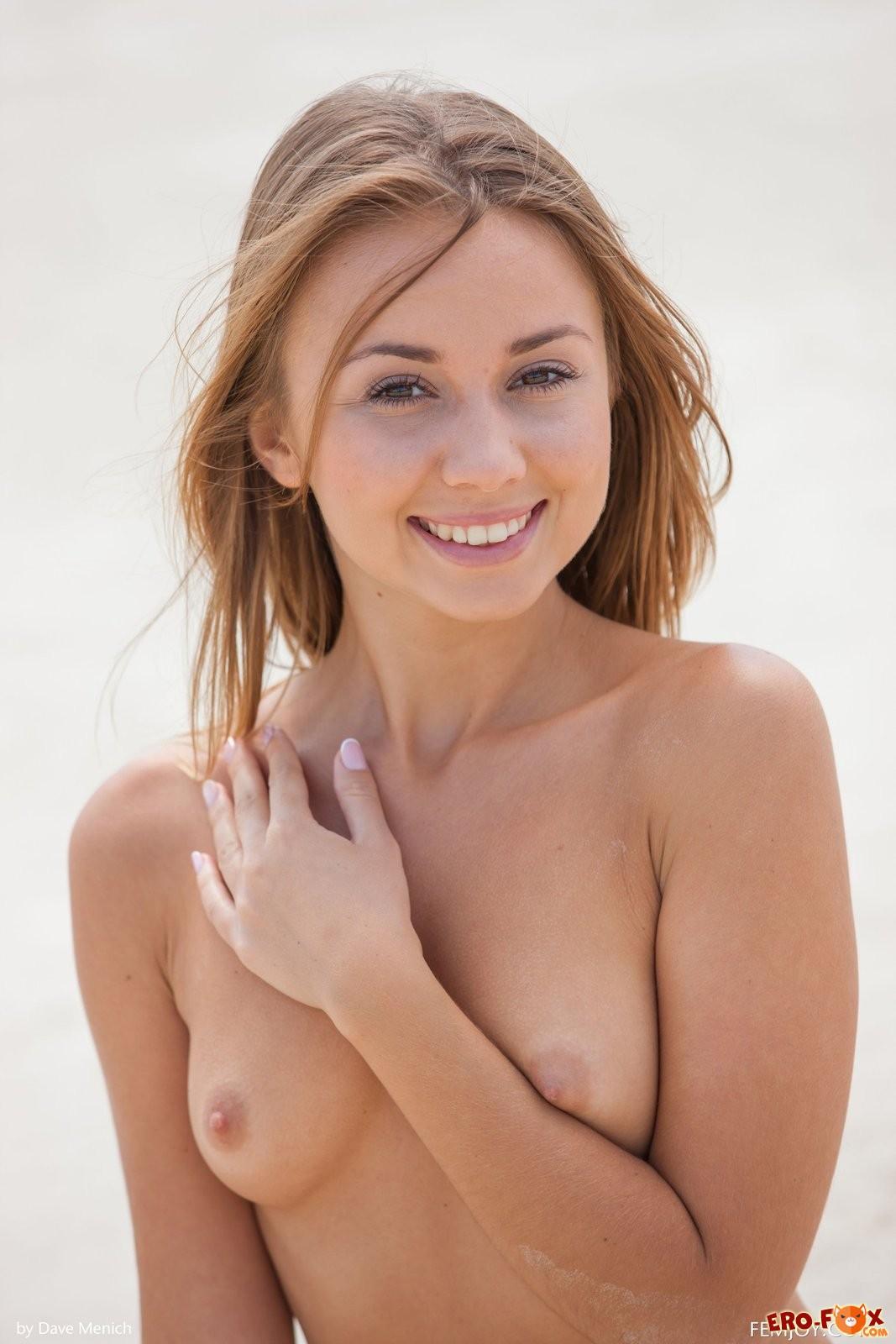 Красивая блондинка сняла купальник на пляже .