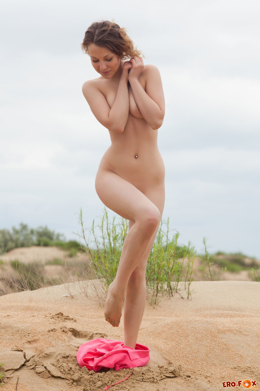 Разделась до гола на пляже  эротика.