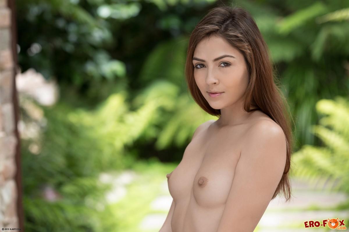 Обнажённая девушка с красивым телом .