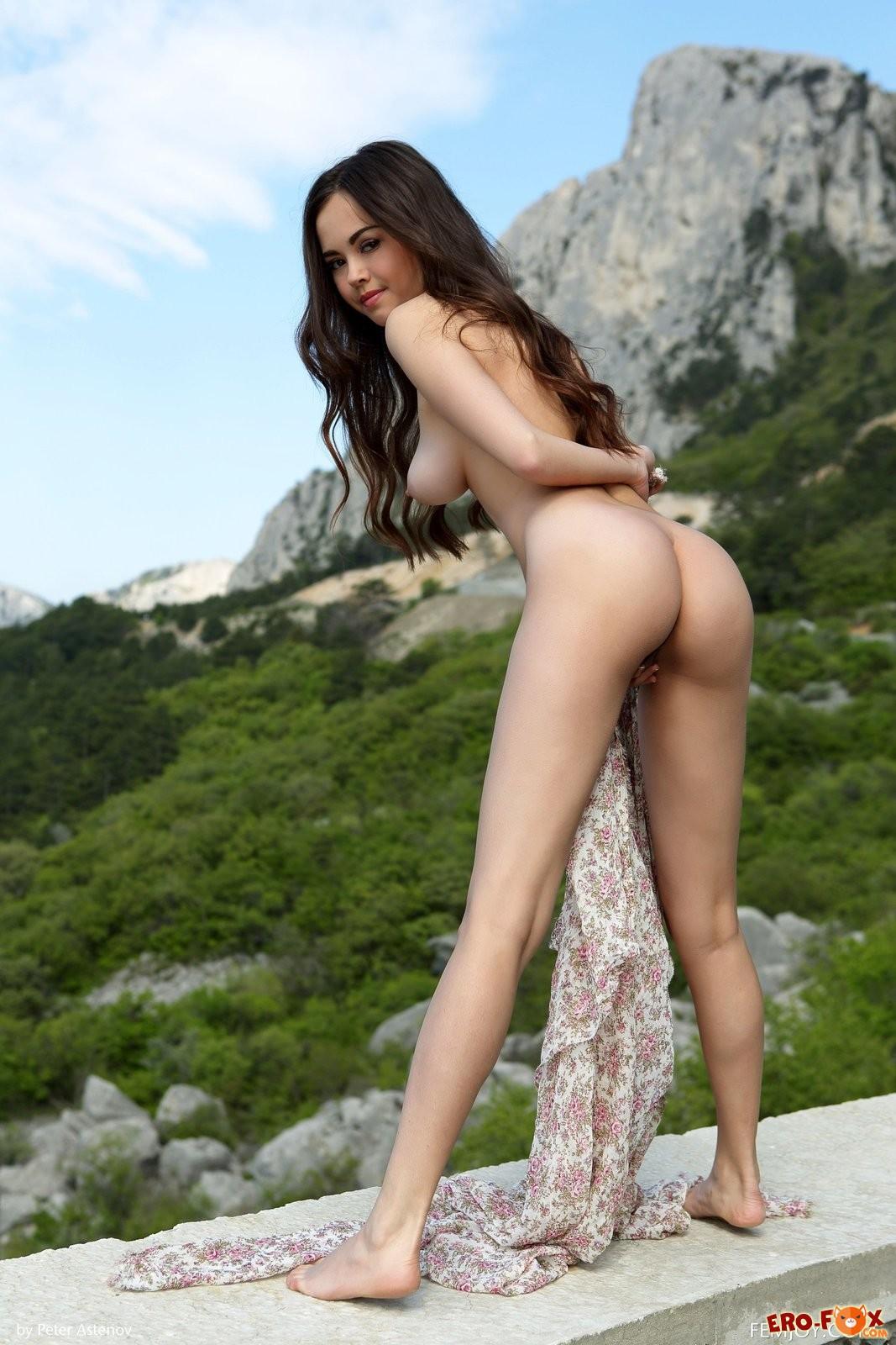 Красивая азиатка раздвинула ноги .