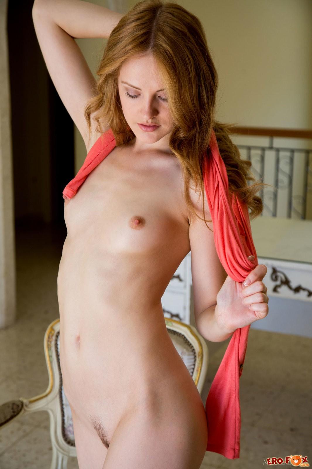 Рыжая девушка с мокрой писькой .