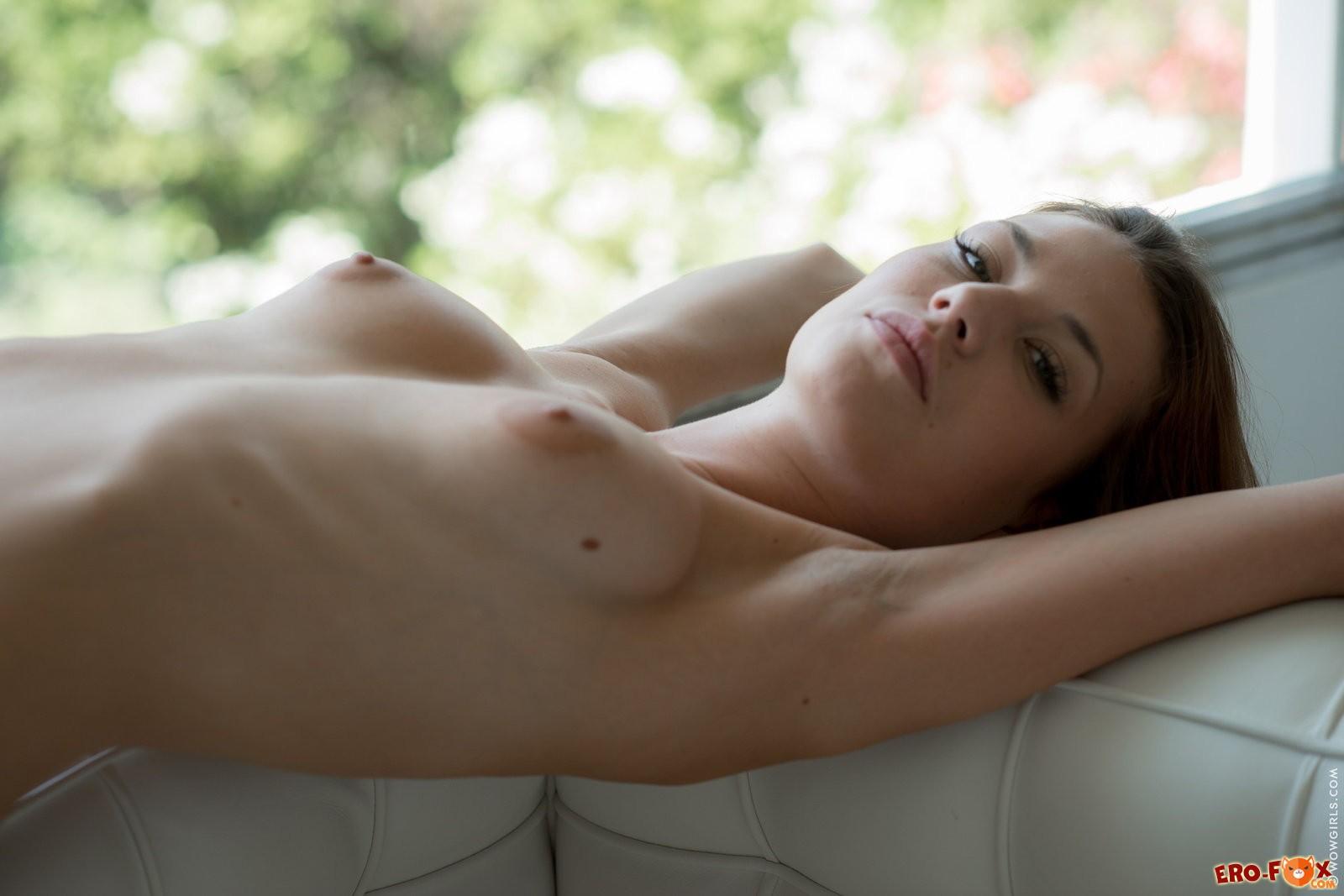 Худая голая попа девушки .