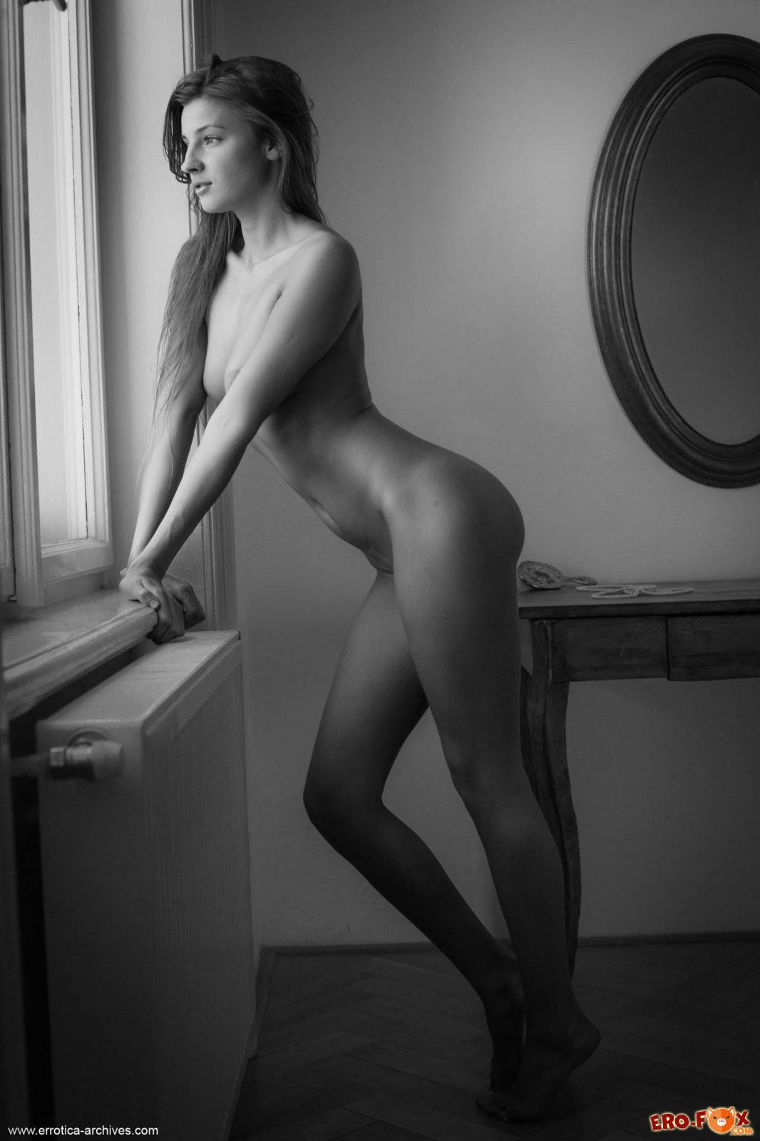 Голая девушка в чёрно белых цветах - ню фото.