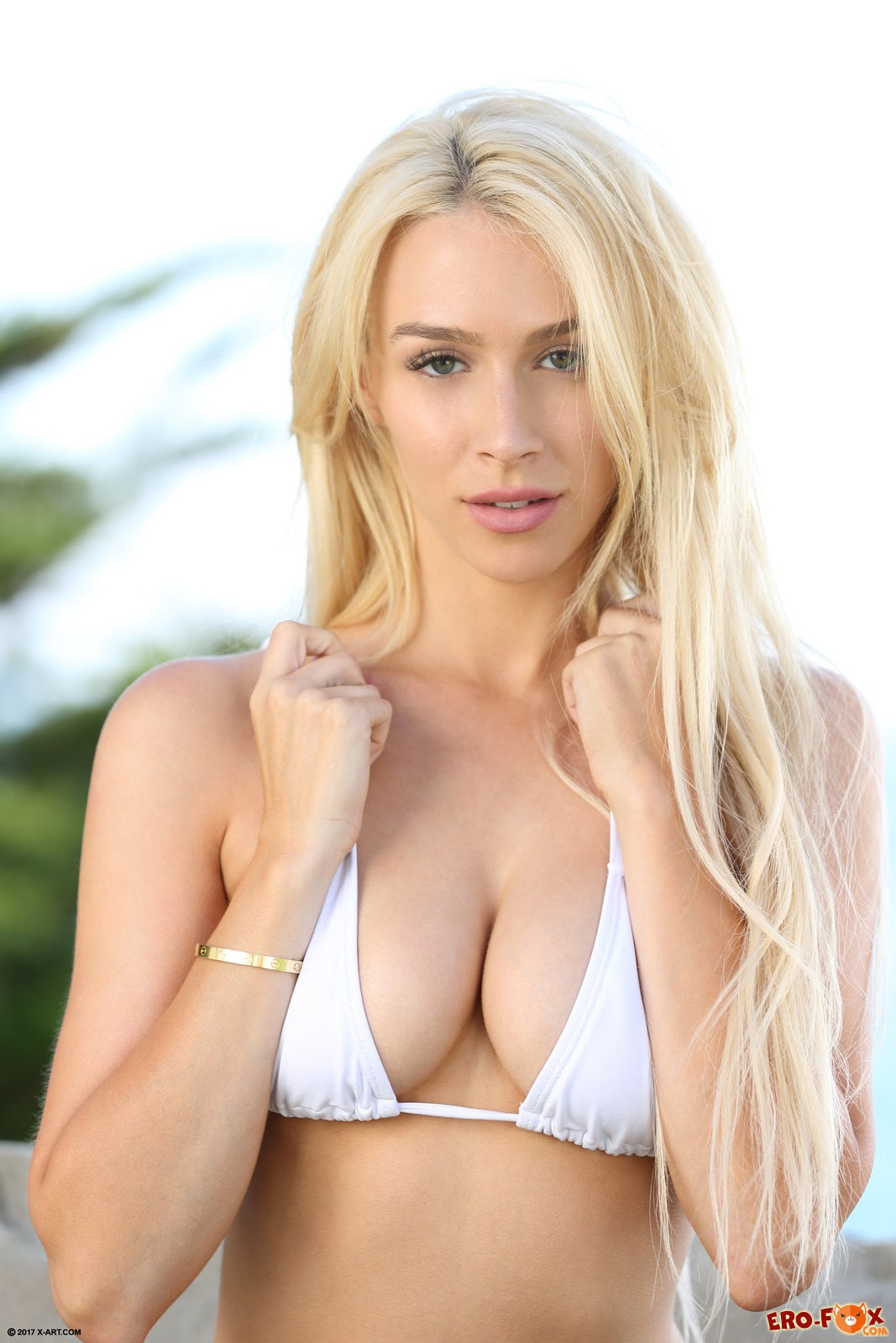 Голая блондинка из Калифорнии .