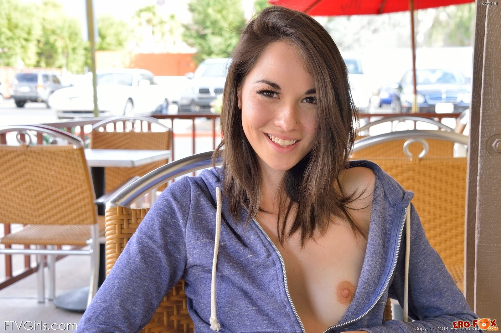 Фото девушки со спущенными трусиками - голая попа.