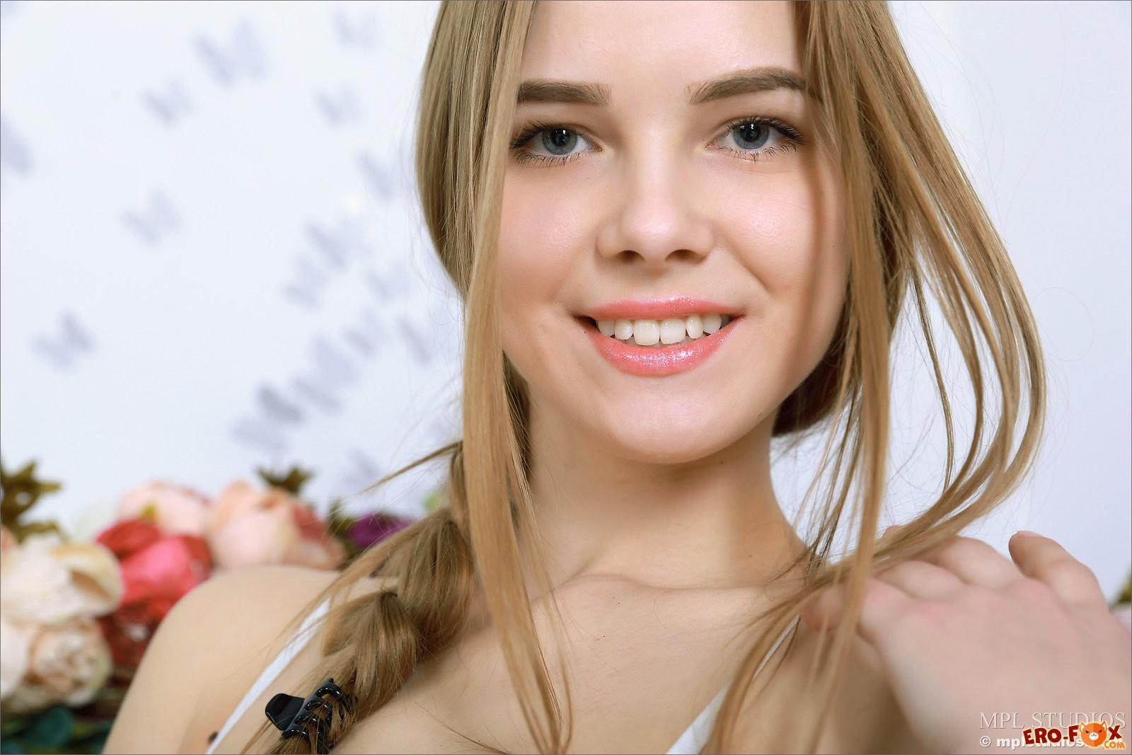 Девушка с красивой грудью и попой  голой русской.
