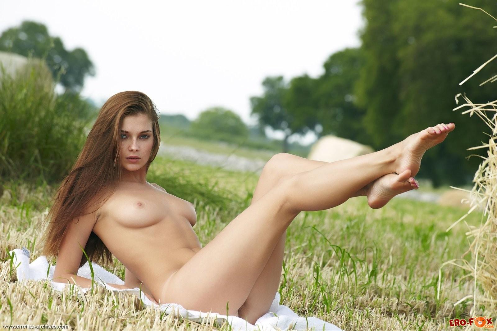 Голая девушка на сенокосе - ню фото эротика.
