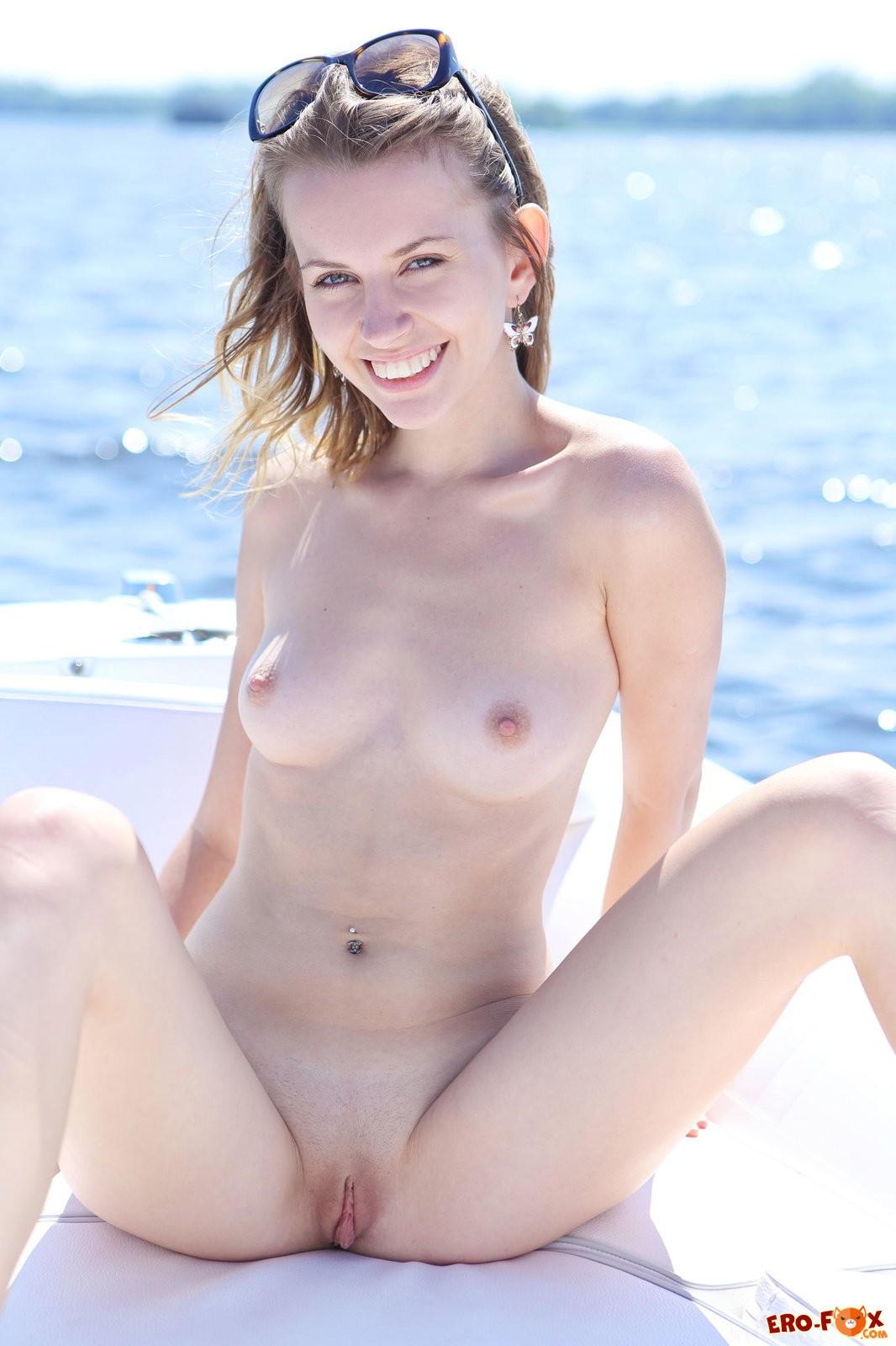 Голая девушка на рыбалке в лодке .