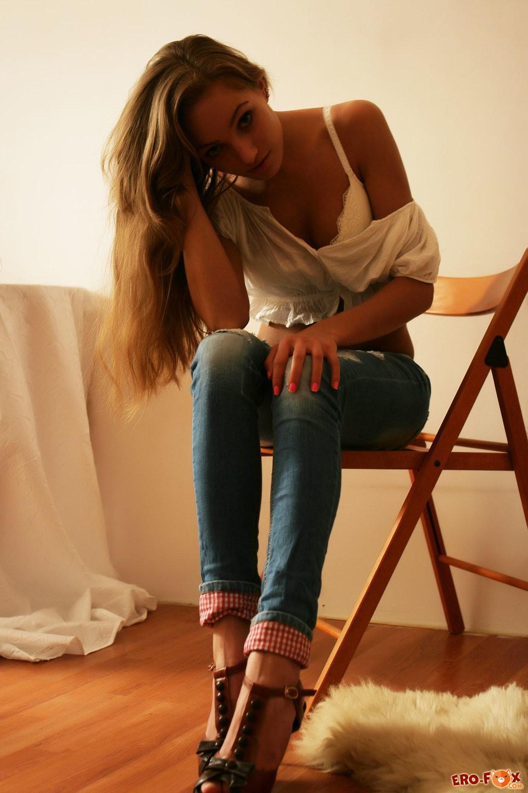 Красивая девушка устроила фото  стриптиз - смотреть эротику.