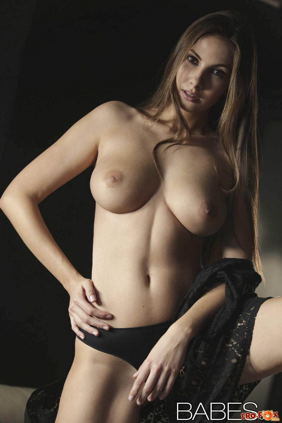 Красиавя голая попа на кровати  голой девушки.