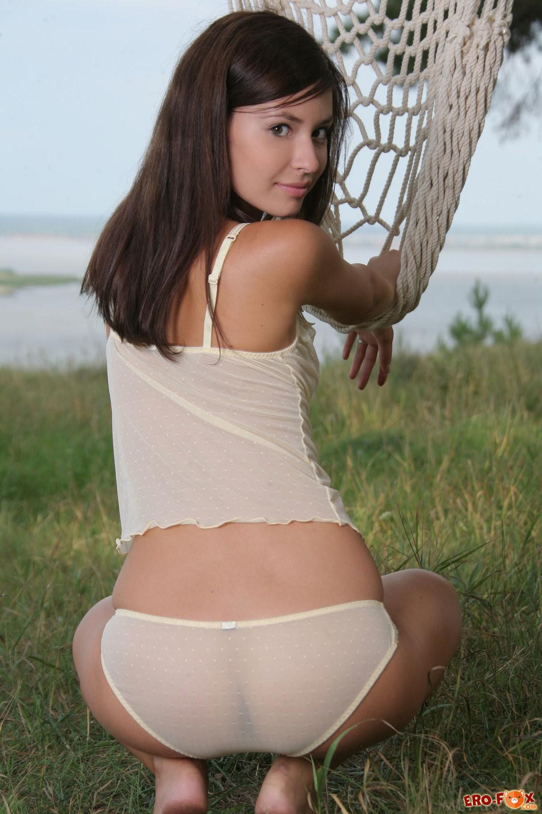 Красивая голая стройняшка на природе .