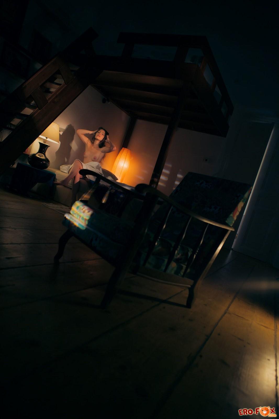 Голая девушка в темноте перед сном  эротика.