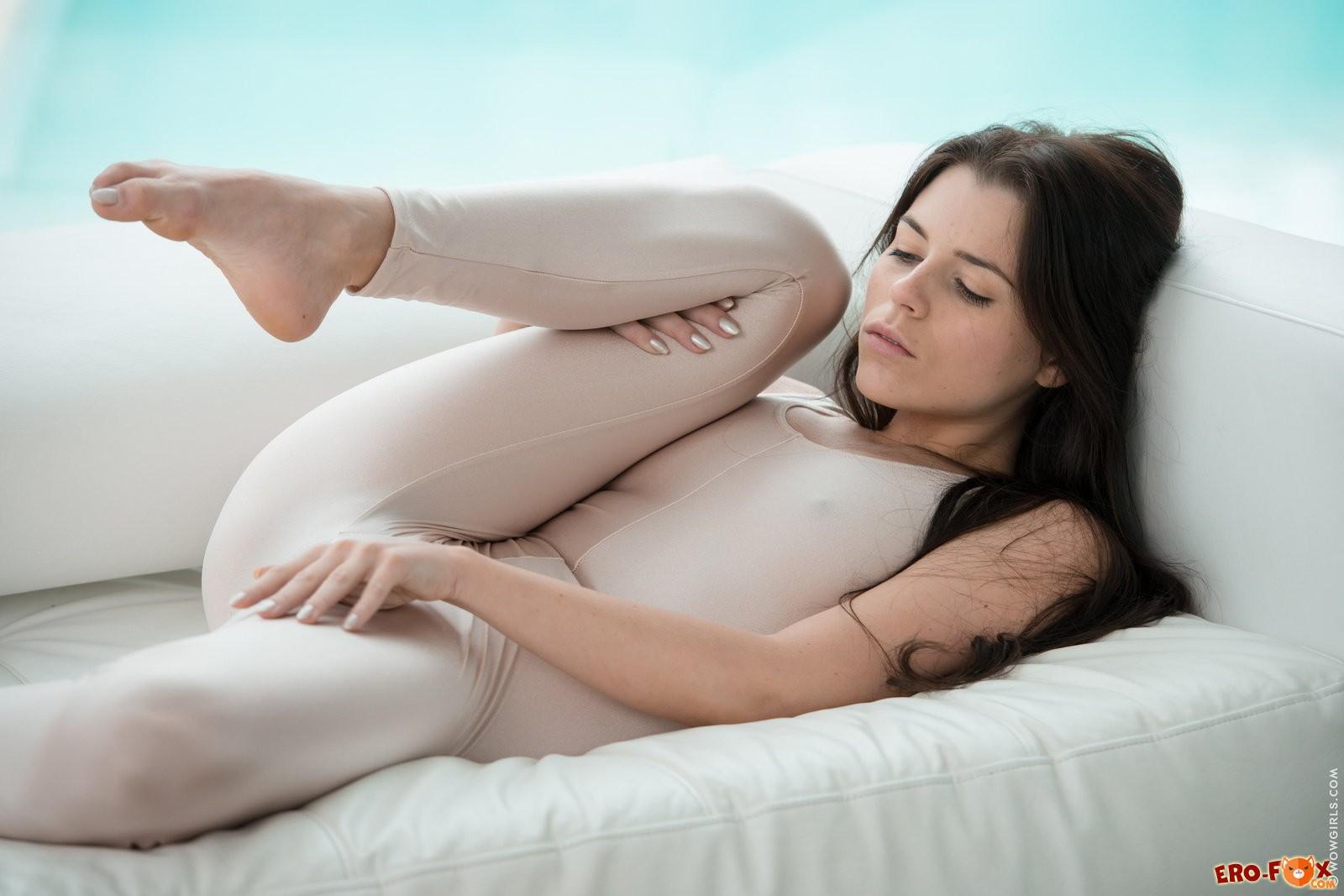 Шикарная голая брюнетка показывает тело .