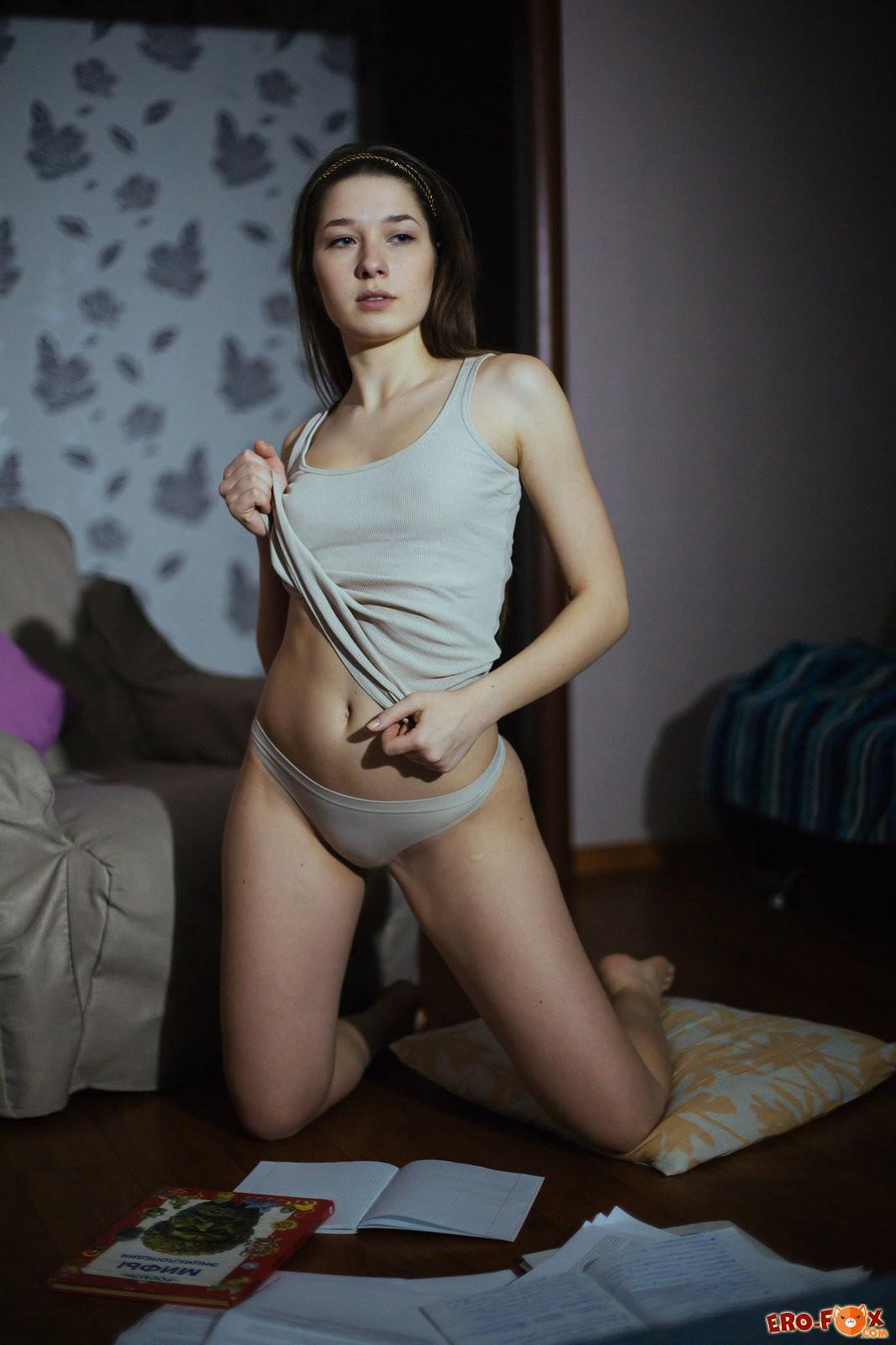 Девушка стоит раком крупным планом  голой попки.