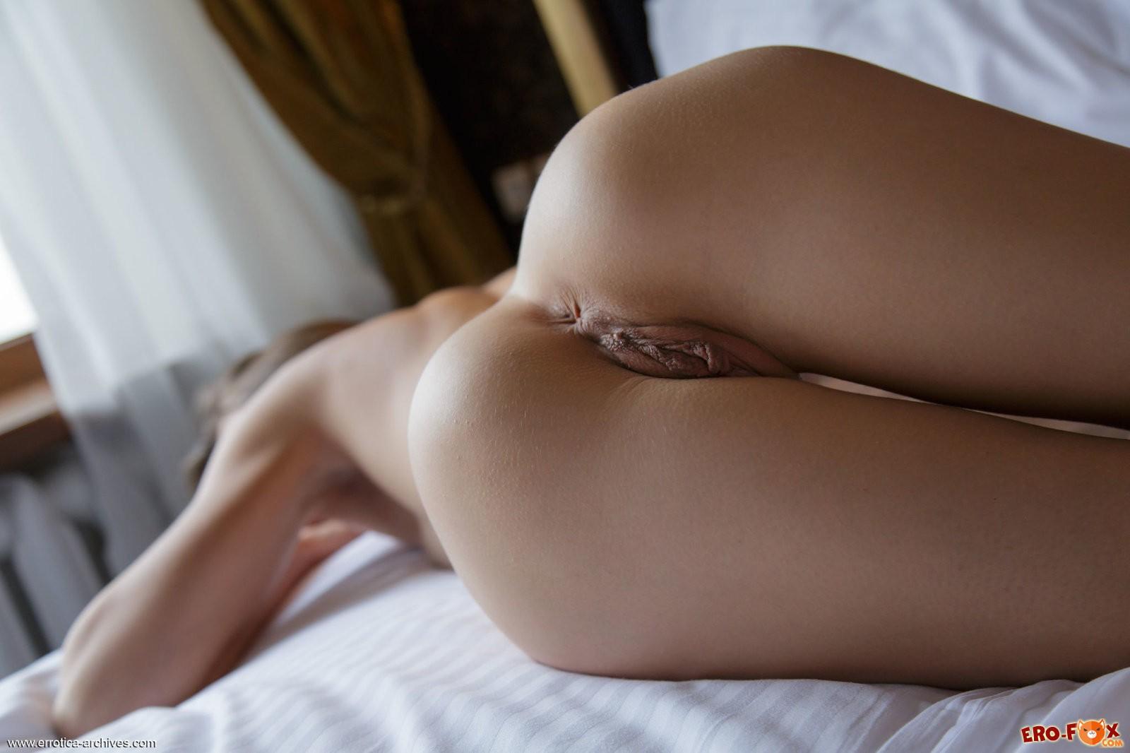 Голая красотка в постели показала киску .